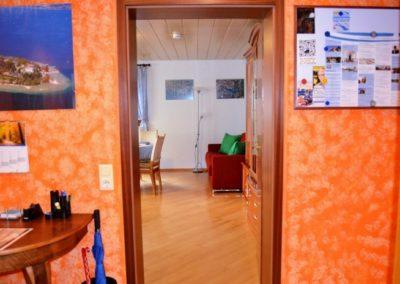 ferienwohnung-friedrichshafen-wohnzimmer-und-eingang (1)