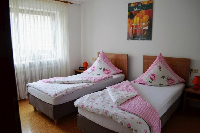 fewo-deutschle-schlafzimmer-nordost (10)